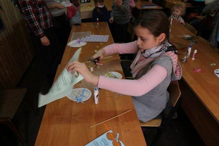 Ученики воскресной школы готовятся к празднику Масленицы.