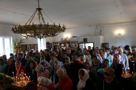 Богослужение в день Святой Троицы в Храме Преображения Господня в Коммунарке (4 июня 2017)